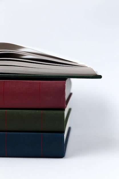 Una pila di libri che giace su bianco Foto Premium