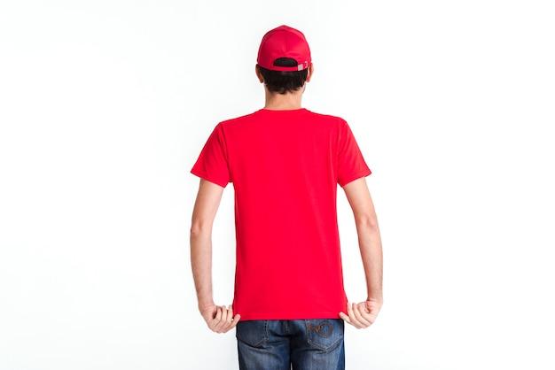 Uomo corriere in piedi in uniforme rossa dalla vista posteriore Foto Premium