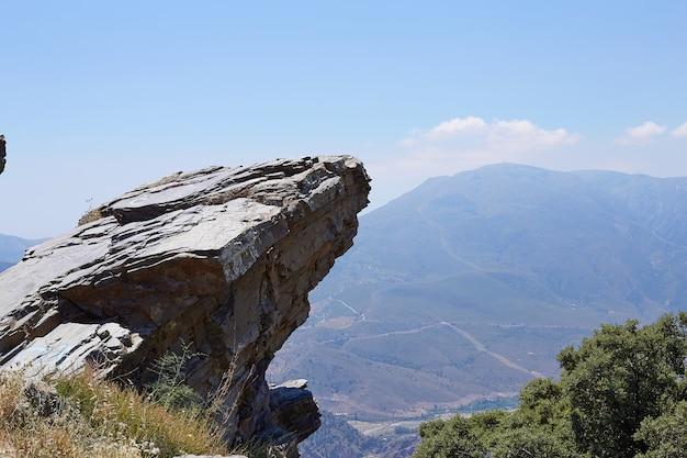 Stare vuoto sopra un mountain view, bordo della scogliera dello spazio in bianco con la montagna sul cielo blu delle nuvole Foto Premium