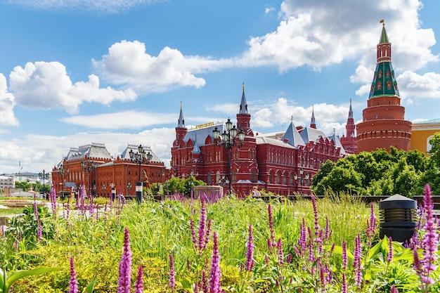 Museo storico statale e museo della guerra patriottica del 1812 da piazza manezhnaya a mosca su uno sfondo di piante verdi sul prato al mattino soleggiato d'estate Foto Premium