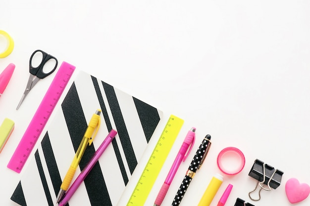 Articoli di cancelleria di colori nero, rosa e giallo Foto Premium