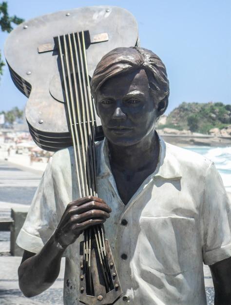 Statua di tom jobim a ipanema a rio de janeiro in brasile Foto Premium