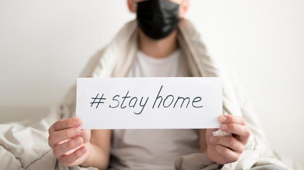 Resta a casa e sii al sicuro vista media Foto Premium