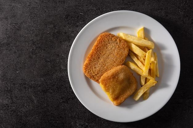 Bistecca ripiena di formaggio e prosciutto e patatine fritte Foto Premium