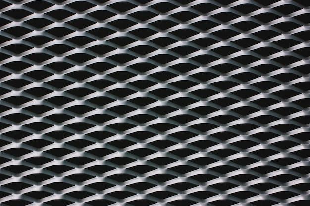 Griglia in rete metallica nella parte anteriore dell'edificio. trama in bianco e nero Foto Premium