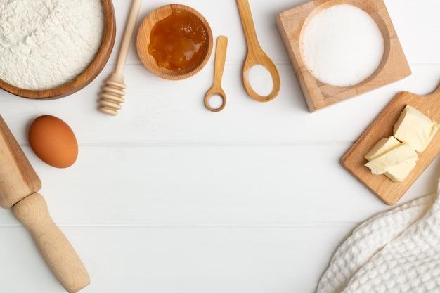 Istruzioni dettagliate per la ricetta della torta a forma di cuore. ingredienti: burro farina zucchero uovo miele soda sale. lay piatto. copia spazio Foto Premium