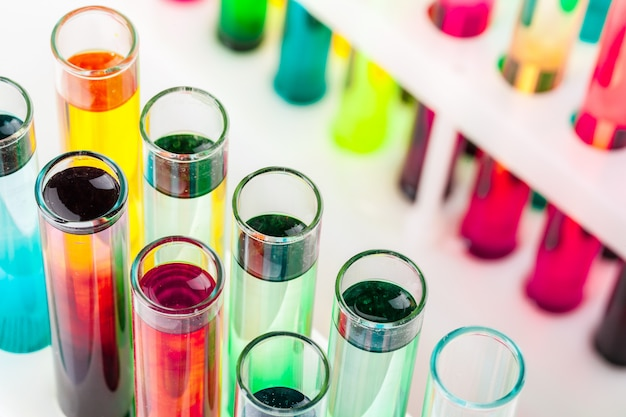 Natura morta in laboratorio. provette con sostanze chimiche colorate Foto Premium
