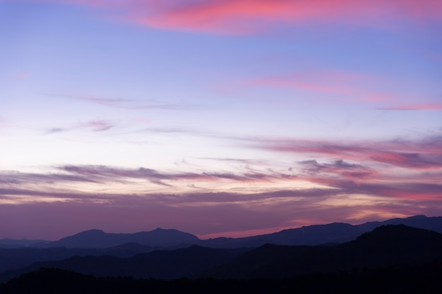 Tempesta cielo nuvoloso in tonalità viola Foto Premium
