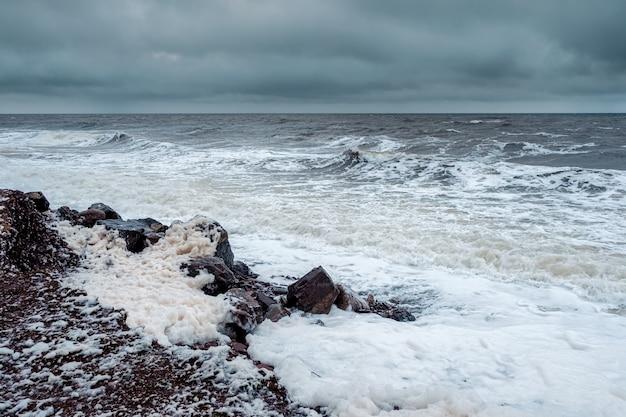 Tempestoso inverno onde sul mar bianco Foto Premium