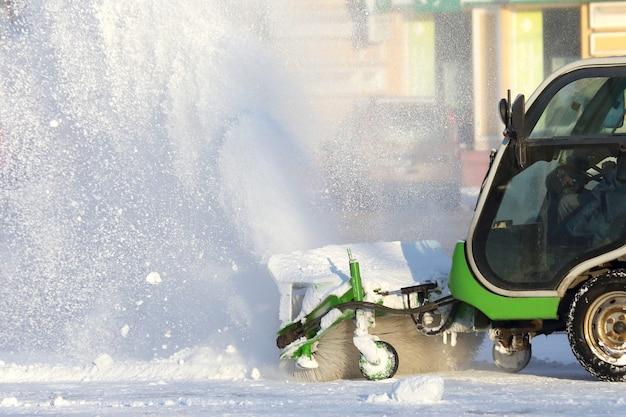 Pulizia delle strade della città dalla neve con l'aiuto di attrezzature speciali mini Foto Premium
