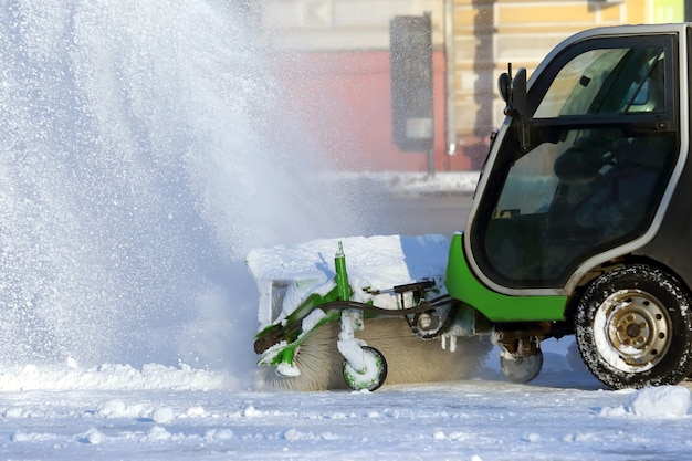 Pulizia delle strade della città dalla neve con l'ausilio di macchinari speciali Foto Premium