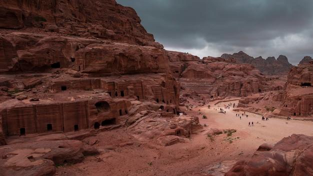 Via delle facciate nell'antica città di petra in giordania Foto Premium
