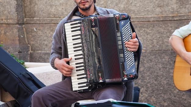 Musicista di strada che suona la fisarmonica Foto Premium