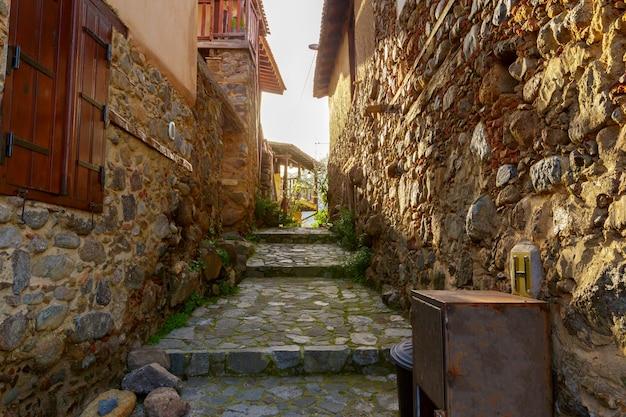 Scena di strada in una vecchia città in europa Foto Premium