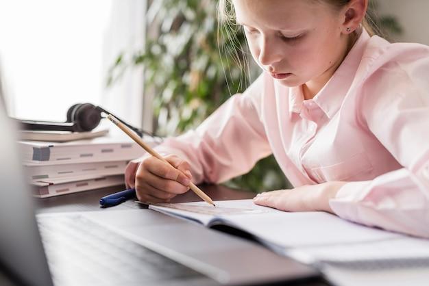 Studente che fa i compiti a casa Foto Premium