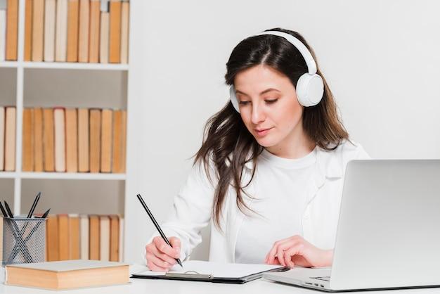 Studente che ascolta il concetto di e-learning di corsi online Foto Premium