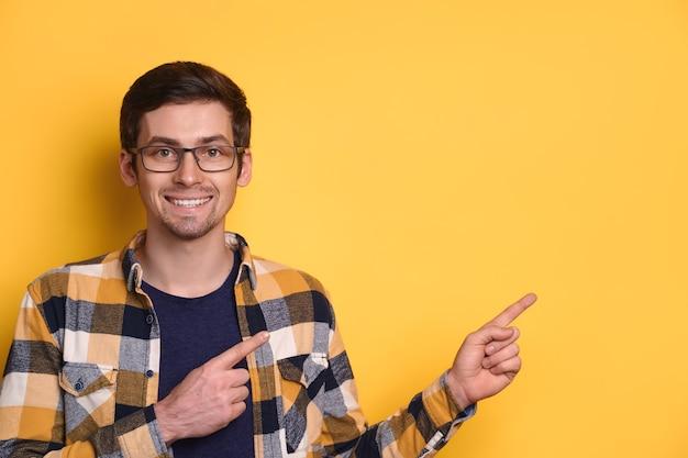 Ritratto dello studio dell'uomo caucasico allegro che indossa occhiali e giacca casual che sorride felicemente Foto Premium