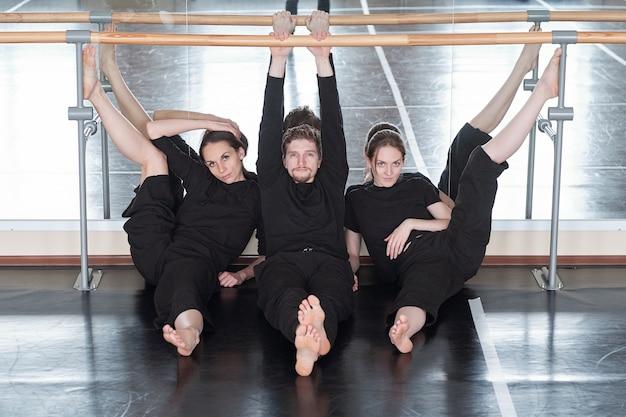 Ballerini contemporanei alla moda in studio Foto Premium