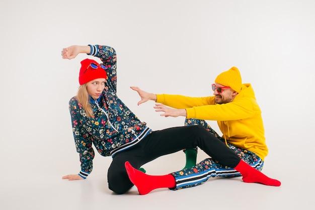 Elegante coppia di uomo e donna in abiti colorati Foto Premium