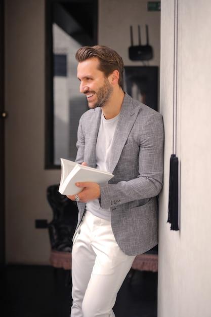Uomo alla moda con un libro Foto Premium