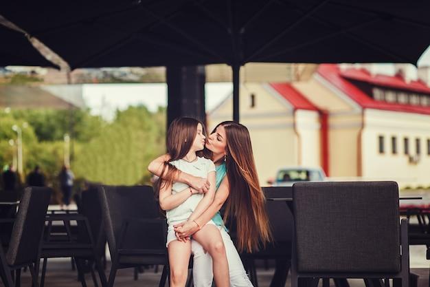 Elegante abbigliamento madre e bambino. Foto Premium