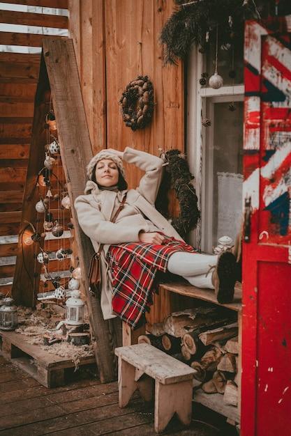 Elegante donna decorata terrazza per le vacanze di capodanno moderno eco rustico stile minimal bandiera britannica stile scandinavo fatto a mano natale. idee di decorazione d'interni finestra in legno a buon mercato, materiale naturale Foto Premium