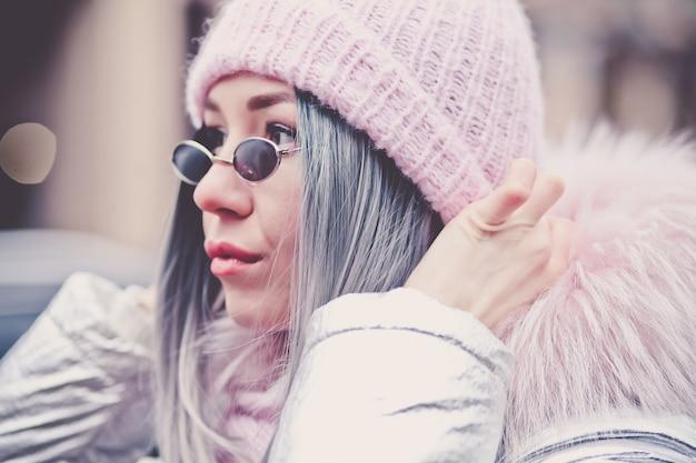 Donna alla moda con giacca invernale Foto Premium