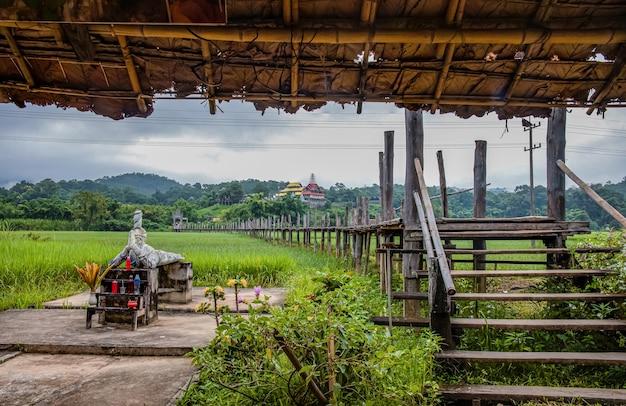 Su tong pae bridge e la luce del mattino della stagione delle piogge, mae hong son, thailandia Foto Premium