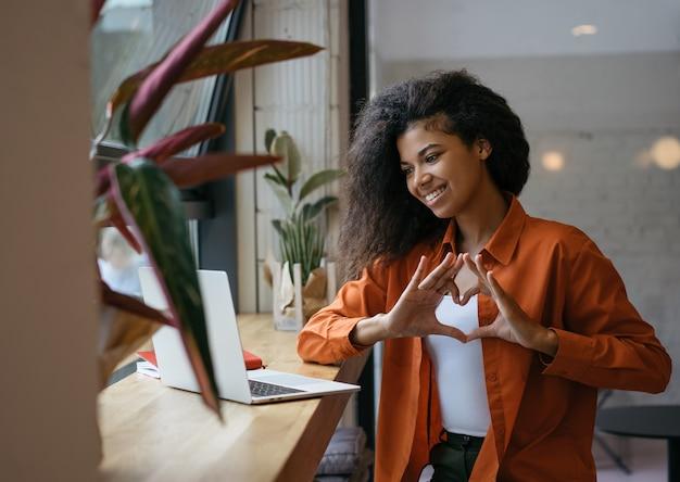 Influencer di blogger di successo che utilizza laptop, comunicazione con gli abbonati online Foto Premium