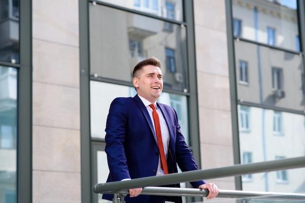 L'uomo d'affari di successo respira aria fresca Foto Premium