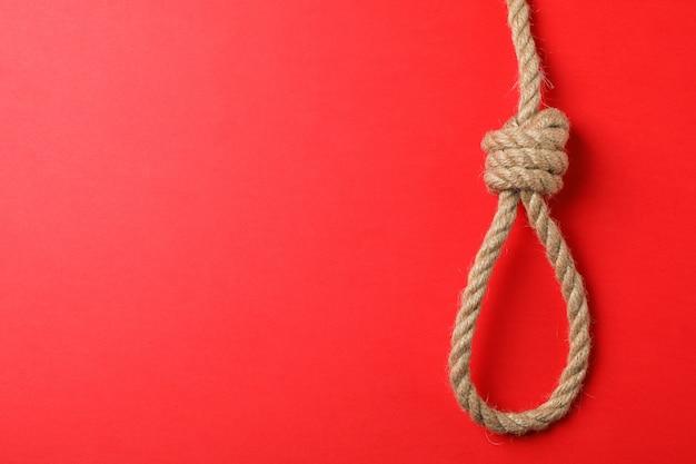 Corda suicida sulla parete rossa, spazio per il testo Foto Premium