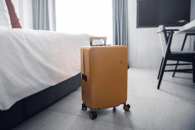 Valigia in una stanza d'albergo. Foto Premium
