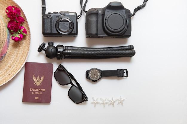 Fondo di vacanza estiva, concetto di viaggio con la macchina fotografica su bianco Foto Premium