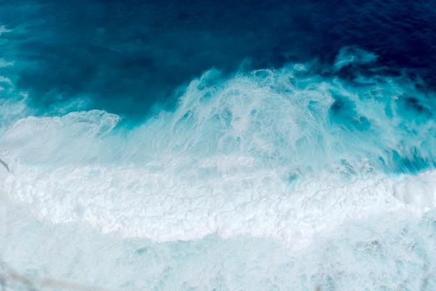 Paesaggio della natura dell'oceano blu della spiaggia tropicale di estate con l'onda bianca sull'isola tropicale di estate. Foto Premium