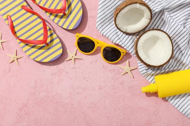 Accessori per vacanze estive su rosa, spazio per il testo Foto Premium