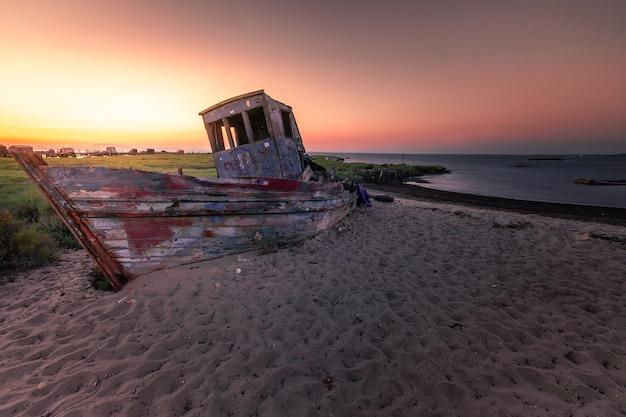 Tramonto al porto marittimo di carrasqueira un porto marittimo tradizionale per i pescatori locali. Foto Premium