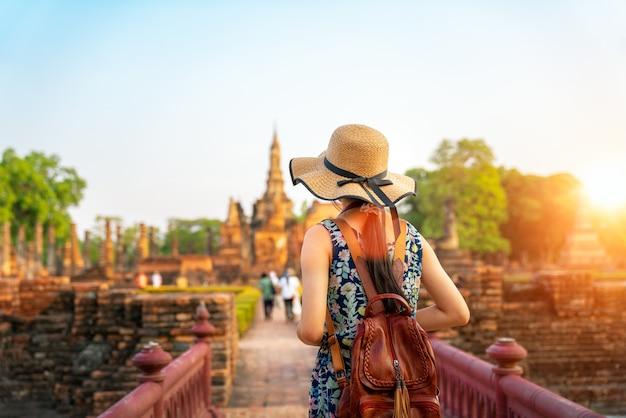 Tramonto e luce nel parco storico di sukhothai Foto Premium
