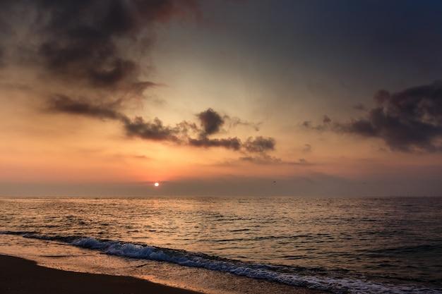 Tramonto sul mare. Foto Premium