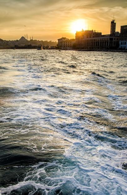 Tramonto nel cielo di istanbul con l'onda del mare Foto Premium
