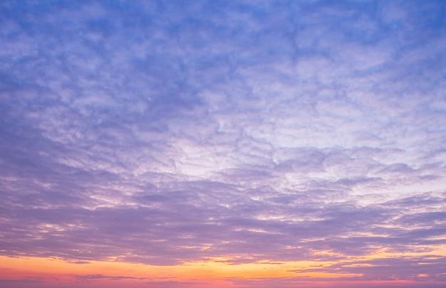 Cielo al tramonto con nuvole. sfondo estivo. Foto Premium