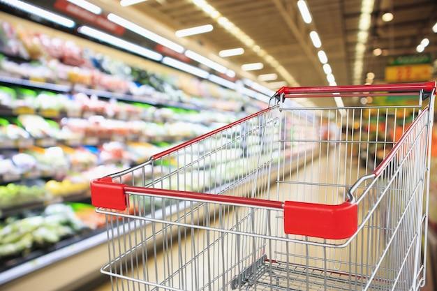 Negozio di alimentari del supermercato con il carrello della spesa vuoto Foto Premium