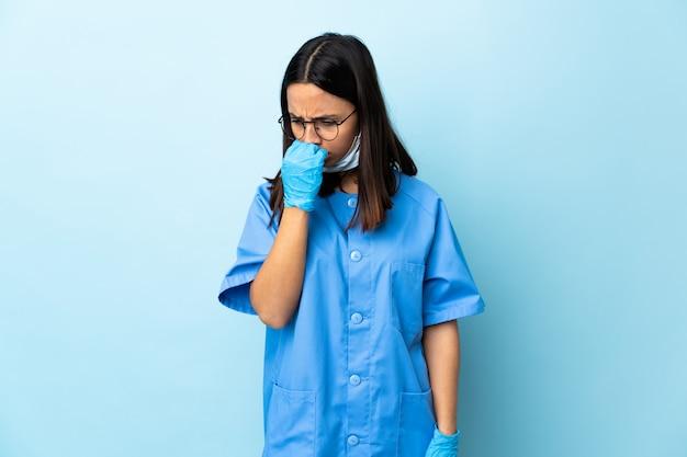 Donna del chirurgo sopra la parete blu che ha dubbi Foto Premium