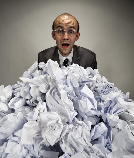 L'uomo d'affari sorpreso raggiunge dai documenti sgualciti Foto Premium