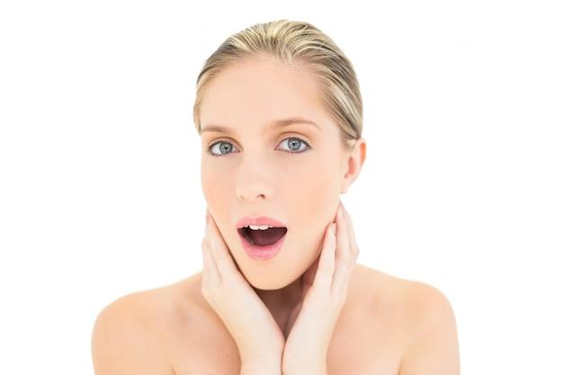 Donna bionda fresca sorpresa che guarda l'obbiettivo Foto Premium