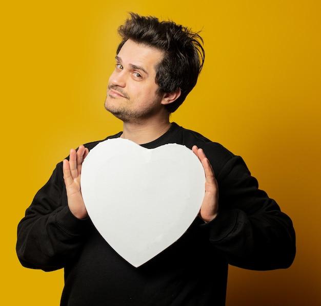 Ragazzo bianco sorpreso in mockup a forma di cuore camicia nera Foto Premium