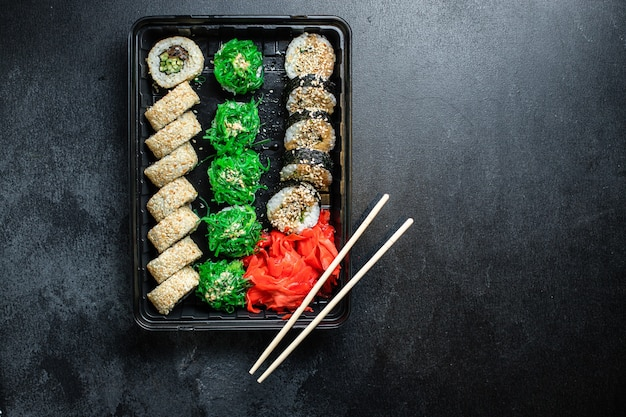 Sushi roll set salmone, trota, tonno, tobiko caviale spuntino fresco Foto Premium