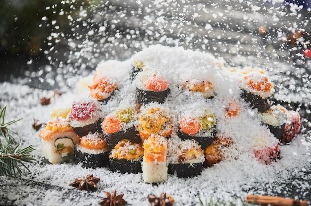 Set di sushi e rotolo di sushi su tavola di legno. Foto Premium