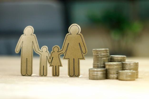 Obiettivo finanziario sostenibile per il concetto di vita familiare. genitore e figlio con file di monete in aumento, raffigura risparmi o crescita per la nuova famiglia Foto Premium