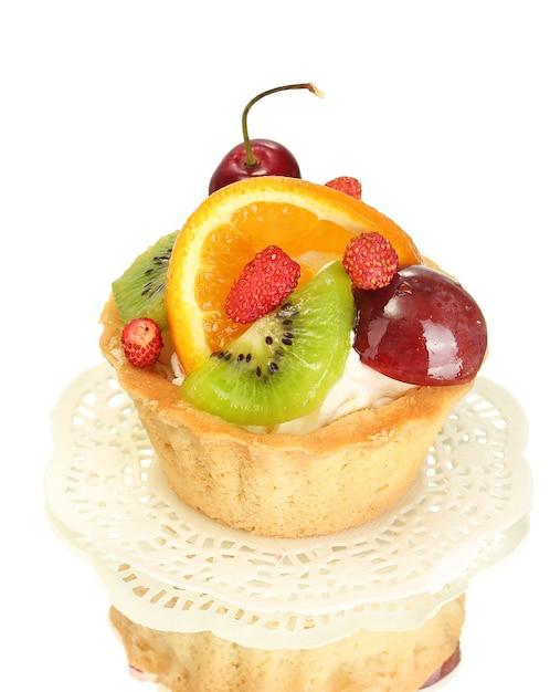 Torta dolce con frutti isolati su bianco Foto Premium