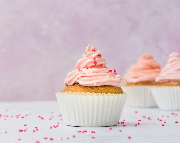 Vista frontale del bigné rosa dolce Foto Premium